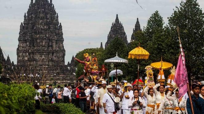 Sejumlah umat Hindu mengikuti kirab seusai melakukan pradaksina saat prosesi upacara Tawur Agung Kesanga 2019 di Candi Prambanan, Sleman, DI Yogyakarta, Rabu, 6 Maret 2019.
