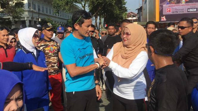 Calon Wakil Presiden nomor urut 02, Sandiaga Uno (kedua kiri) saat mengunjungi Bukittinggi, Sumatera Barat