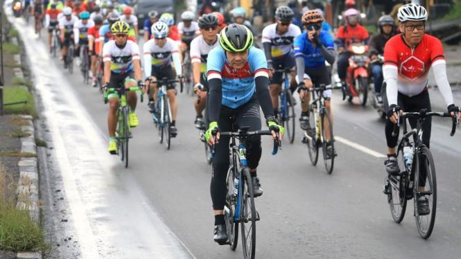 Gubernur Jawa Tengah Ganjar Pranowo mengantarkan pesepeda Jelajah Tour Trans-Jawa di Kota Semarang, Rabu, 6 Maret 2019.