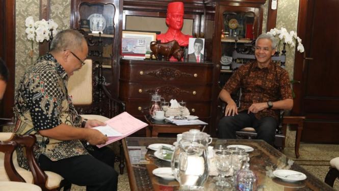 Gubernur Jawa Tengah Ganjar Pranowo saat menerima Kepala Dinas Perundustrian dan Perdagangan di Rumah Dinas Gubernur, Semarnag, Rabu, 6 Maret 2019.