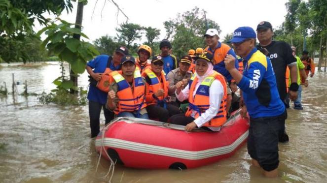 Gubernur Jawa Timur Khofifah kunjungin korban banjir.