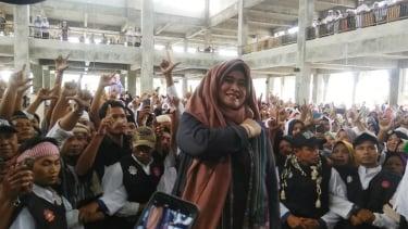 https://thumb.viva.co.id/media/frontend/thumbs3/2019/03/07/5c80e8238ed8c-sempat-disambut-demonstrasi-ribuan-warga-lombok-sambut-neno-warisman_375_211.jpg