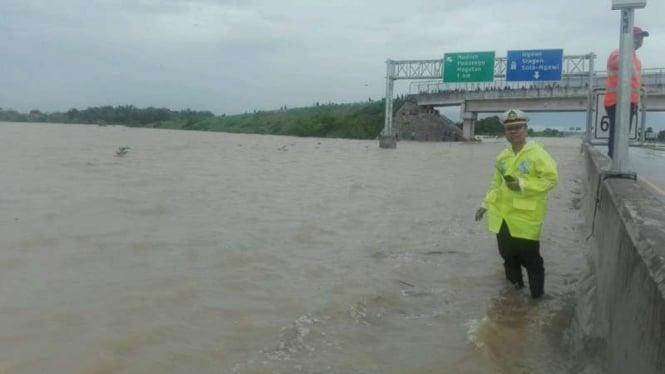 Banjir di tol Ngawi-Kertosono.
