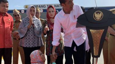 Momen saat seorang ibu naik ke panggung saat Jokowi berpidato