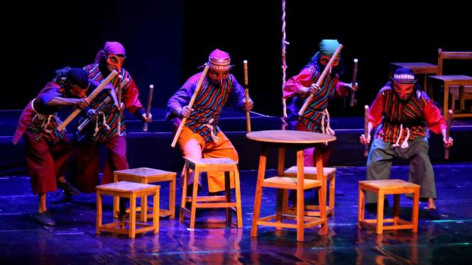 Seniman Teater Perdikan dari Yogyakarta menampilkan pertunjukkan dengan lakon Sengkuni 2019 di Balai Budaya, Surabaya, Jawa Timur, Kamis, 7 Maret 2019.