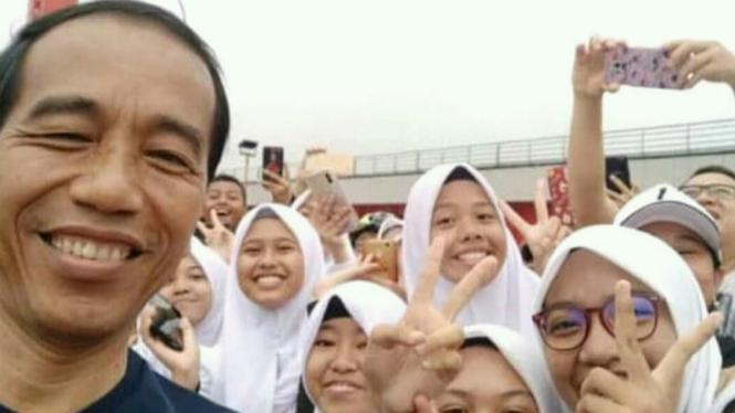 Warga Palembang selfie bersama Presiden Jokowi dengan pose salam dua jari