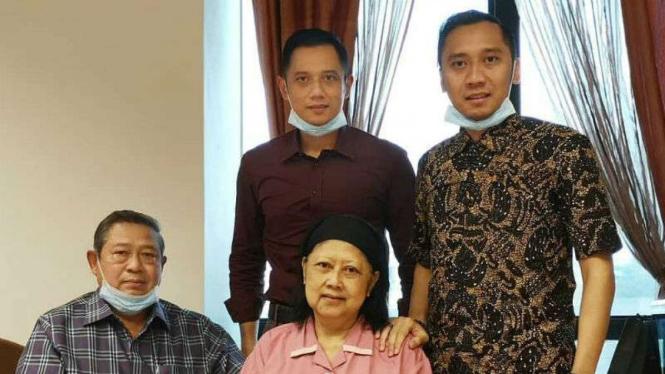Keluarga menemani Ani Yudhoyono saat menjalani perawatan di Singapura.