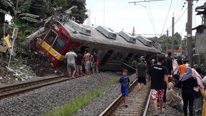 Sebuah kereta commuter line dari arah Jakarta menuju Bogor anjlok di dekat pintu perlintasan Kebon Pedes, Bogor, Jawa Barat, pada Minggu pagi, 10 Maret 2019.