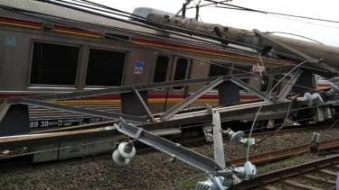 Sebuah kereta commuter line dari Jakarta menuju Stasiun Bogor anjlok dan terguli