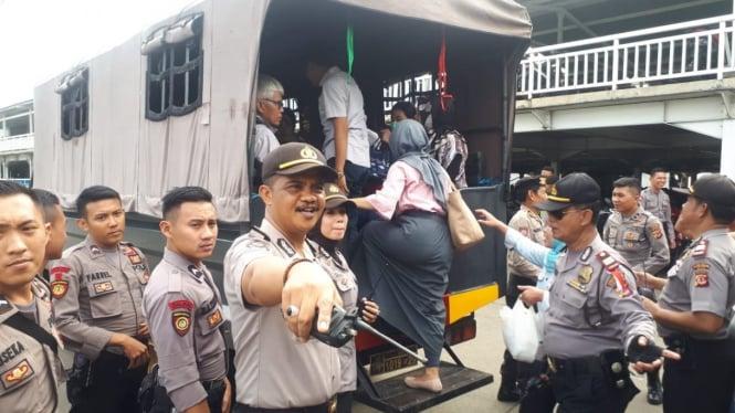 Kendaraan-kendaraan operasional Polisi berupa truk dan bus terpaksa dikerahkan untuk mengangkut warga sebagai dampak kecelakaan kereta commuter line di Bogor, Jawa Barat, pada Senin, 11 Maret 2019.