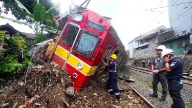 Petugas PT KAI  mengevakuasi KRL Commuter Line 1722 yang anjlok di pintu perlintasan Kebon Pedes, Tanah Sareal, Kota Bogor, Jawa Barat, Minggu, 10 Maret 2019.
