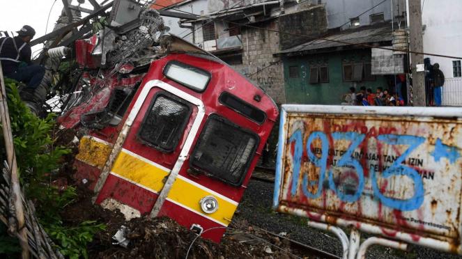 Petugas melakukan proses evakuasi KRL Commuter Line 1722 yang anjlok di pintu perlintasan Kebon Pedes, Tanah Sareal, Kota Bogor, Jawa Barat, Minggu, 10 Maret 2019.