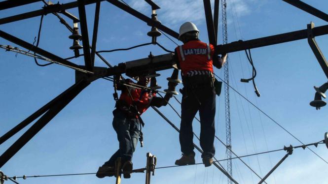 Pekerja memperbaiki jaringan Listrik Aliran Atas (LAA) pascakecelakaan KRL di kawasan Kebon Pedes, Bogor, Jawa Barat, Senin, 11 Maret 2019.