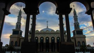 Pengunjung beraktivitas di halaman Masjid Islamic Center Samarinda di Kota Samarinda, Kalimantan Timur, Sabtu, 9 Maret 2019.