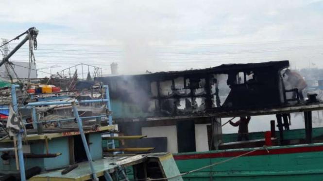 Kapal nelayan yang terbakar di Pelabuhan Muara Angke, Penjaringan.