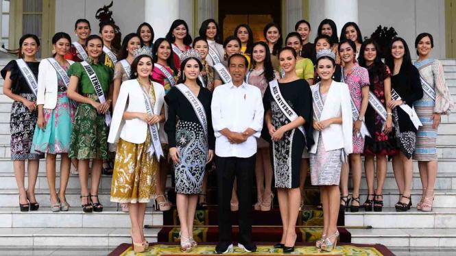 Presiden Joko Widodo (tengah) menerima Miss Universe 2018 Catriona Elisa Magnayon Gray (keenam kanan), Puteri Indonesia Frederika Alexis Cull (kelima kiri) dan finalis Puteri Indonesia 2018 di Istana Bogor, Jawa Barat, Senin, 11 Maret 2019.