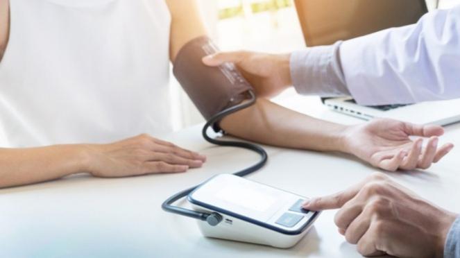 Ilustrasi memeriksa tekanan darah tinggi.