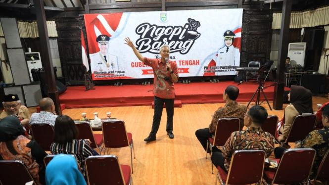 Gubernur Jawa Tengah Ganjar Pranowo saat memberi pengarahan kepada para kepala desa dalam forum dialog bertajuk Ngopi Bareng Mas Ganjar di Purbalingga, Senin malam, 11 Maret 2019.