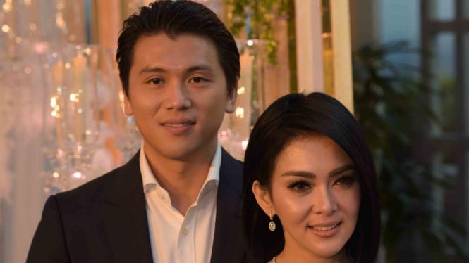 Pasangan artis Reno Barack dan Syahrini berpose di Jakarta