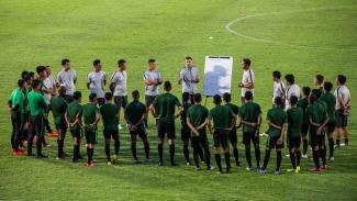 Pelatih timnas senior Indonesia Simon McMenemy (tengah) menyampaikan arahan kepada para pemain Timnas.