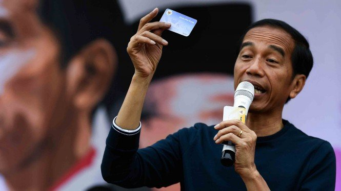 Calon Presiden nomor urut 01, Joko Widodo menunjukkan Kartu Indonesia Pintar untuk mahasiswa saat menghadiri Senam Bersama Srikandi Jokowi-Maruf Amin di Jakabaring Sport City, Palembang, Sumatera Selatan