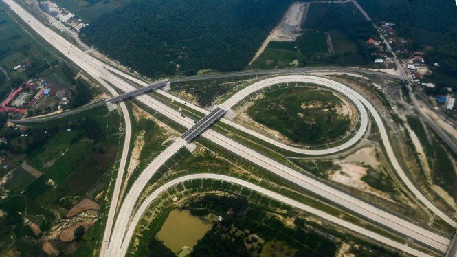 Foto udara jalan tol Trans Sumatera sesi ruas Bakauheni-Terbanggi Besar yang telah diresmikan oleh Presiden Joko Widodo di Lampung