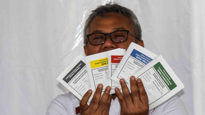 Ketua Komisi Pemilihan Umum (KPU) Arief Budiman menunjukkan surat suara yang telah dicoblos saat menggunakan hak pilihnya pada Simulasi Pemungutan dan Penghitungan Suara Pemilu 2019 di halaman Kantor KPU, Jakarta