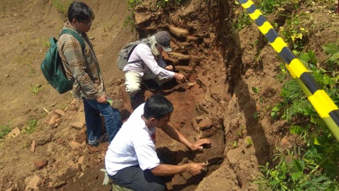 Tim arkeolog saat meneliti lokasi yang diyakini sebagai situs era pra-Majapahit di sekitar lokasi proyek jalan Tol Malang-Pandaan, Kabupaten Malang, Jawa Timur, 12 Maret 2019. (Foto ilustrasi)