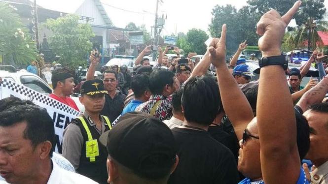 Massa pendukung Prabowo dan Jokowi saling berhadapan di Bali.