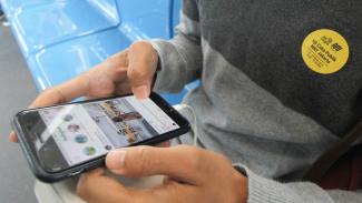 Seorang penumpang menggunakan ponsel di MRT Jakarta.
