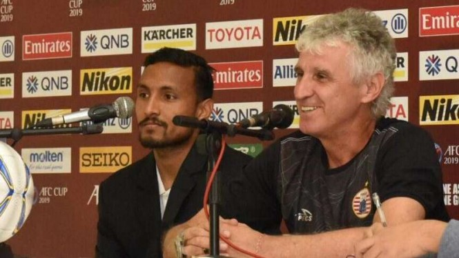 Pelatih Persija Jakarta, Ivan Kolev (kanan)