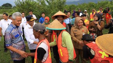 Ganjar Pranowo mendampingi Menteri Perhubungan meninjau lokasi pembangunan Bandara Wirasaba di Kabupaten Purbalingga.
