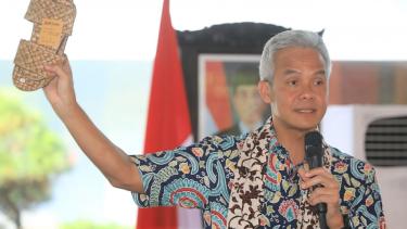 Gubernur Jawa Tengah Ganjar Pranowo menunjukkan kerajinan dari limbah plastik saat menghadiri kegiatan Musyawarah Rembug Pembangunan Wilayah eks-Karesidenan Pekalongan di Batang, Rabu, 13 Maret 2019.