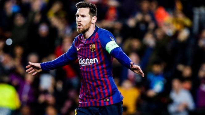 Lionel Messi mencetak gol di laga Barcelona vs Lyon