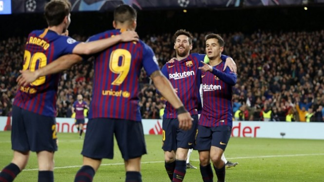 Pemain Barcelona merayakan gol ke gawang Lyon