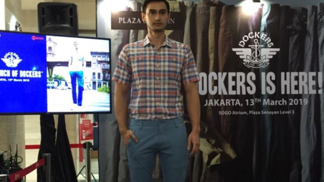 Pria dengan penampilan kece dengan mengenakan koleksi Dockers