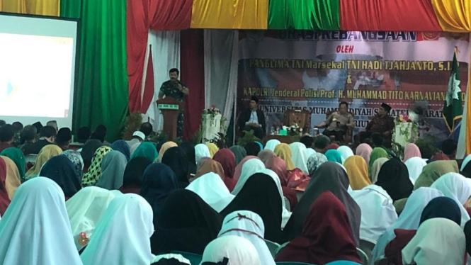 Panglima TNI Marsekal Hadi Tjahjanto menyampaikan orasi kebangsaan di kampus Universitas Muhammadiyah Sumatera Barat, Kota Padang, Kamis, 14 Maret 2019.