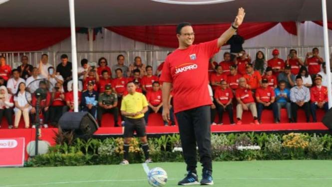 Gubernur DKI Jakarta Anies Baswedan melakukan kick off pembangunan stadion