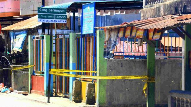 Garis polisi terpasang di lokasi penggerebekan terduga teroris di Sibolga, Sumut
