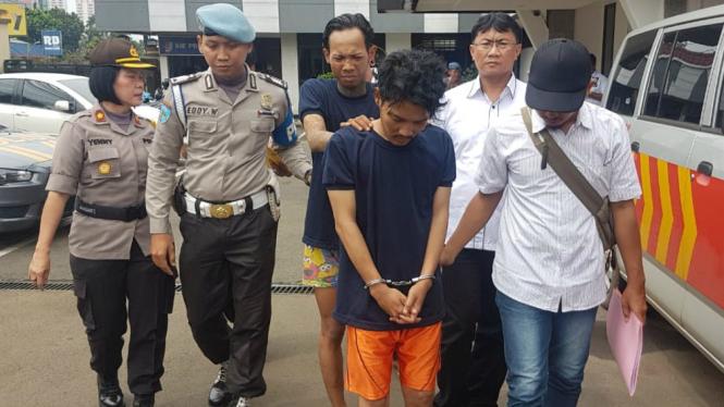 Pelaku begal, Rian Konang (depan) dan rekan pelaku lain dicokok polisi.