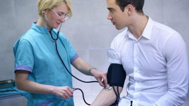 Ilustrasi Mengecek Tekanan Darah