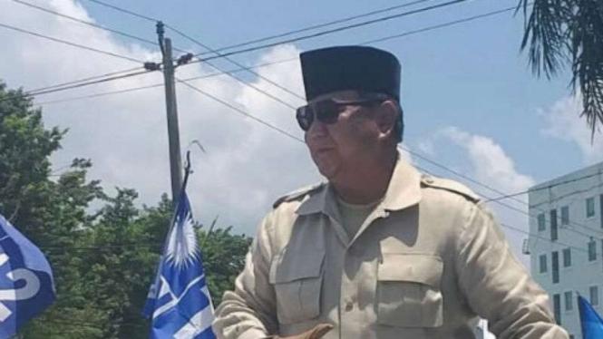 Prabowo pakai sarung tangan saat salaman dengan warga
