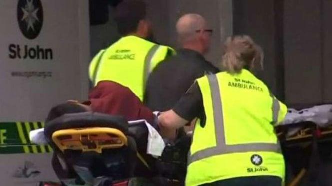Paramedis menolong korban penembakan masjid di Selandia Baru