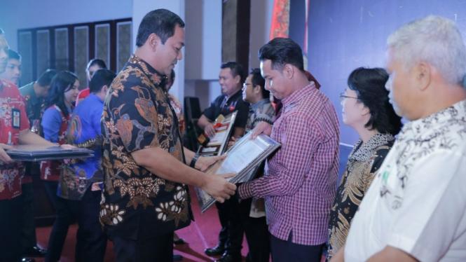 Wali Kota Semarang Hendrar Prihadi menyerahkan piagam penghargaan kepada wajib pajak daerah berprestasi 2018.