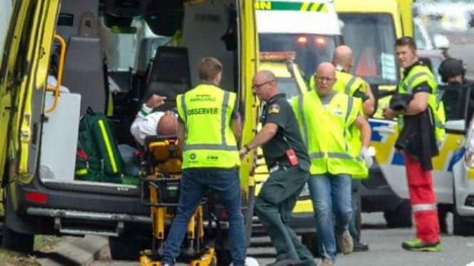 Ilustrasi petugas menyelamatkan para korban penembakan di Selandia Baru