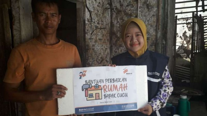 Penerima bantuan perbaikan rumah dari Bakrie Amanah di Garut Jawa Barat.