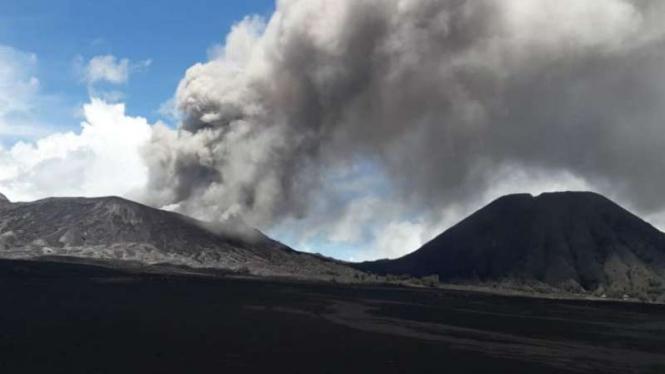 Aktivitas erupsi Gunung Bromo, Jawa Timur, Sabtu, 16 Maret 2019.