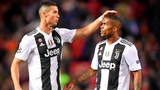 Dua bintang Juventus, Cristiano Ronaldo (kiri) dan Douglas Costa (kanan)
