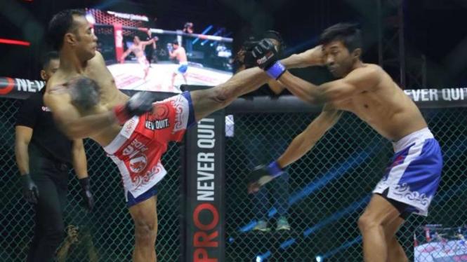 Pertarungan One Pride MMA antara Yusuf Susilo (merah) melawan M. Kadafi
