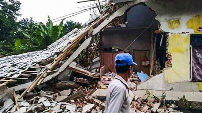 Warga berada dekat rumah yang roboh terdampak gempa bumi di Desa Pesanggrahan, Montong Gading, Lombok Timur, NTB, Minggu (17/3/2019). Data BMKG menyatakan Pulau Lombok diguncang gempa bumi tektonik berkekuatan 5,8 Skala Richter (SR) pada Minggu, 17 Maret